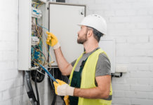 Técnico em manutenção corretiva em uma estrutura elétrica
