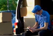 Fornecedor realizando uma entrega para uma empresa