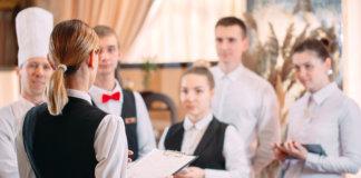 Gestora atribuindo tarefas e gerenciando atividades em um hotel