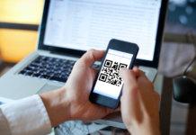 Smartphone fazendo a leitura de um Código QR