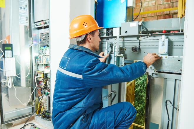 Profissional de manutenção realizando seus processos para cumprir as rotinas de trabalho