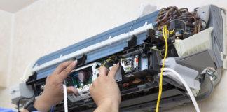 Rotina de manutenção sendo realizada em um equipamento de ar-condicionado