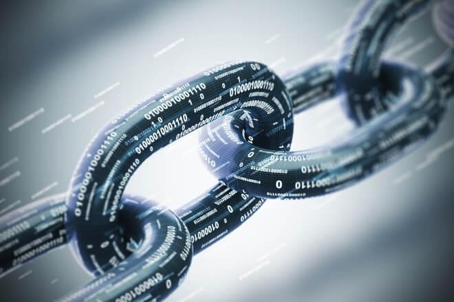 Alusão ao blockchain em algo que ilustra a corrente e a transmissão de dados seguros e em bloco