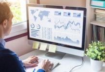 Análise de dados sendo feita em um dashboard no computador