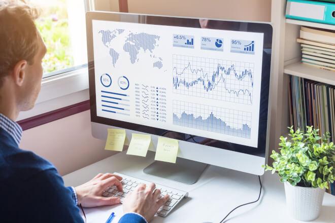 Análise de dados sendo feita em um dashboard no computador (big data)