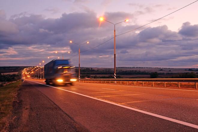 Caminhão transportando cargas. Esse tipo de transporte é uma das partes fundamentais da cadeia de suprimentos